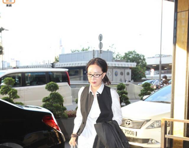 直至昨天(7月21日)下午约4点,何琍琍带同女儿赵式明、赵式平及儿子式庆一起现身香港殡仪馆,穿着白恤衫配黑色背心的何琍琍面容憔悴,全程低头不说话。