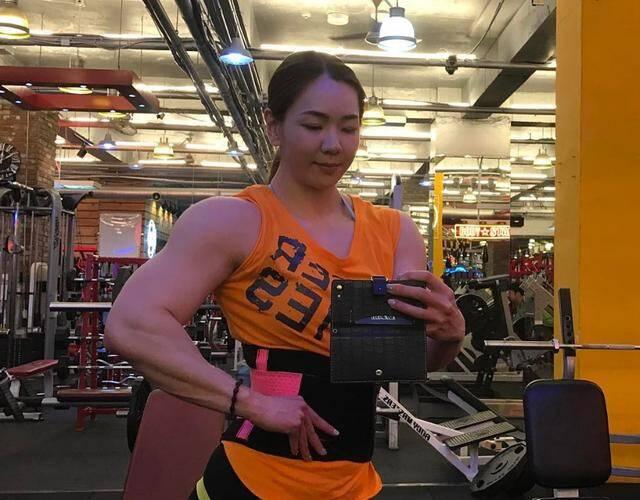 金刚芭比秀肌肉 为健美比赛做准备