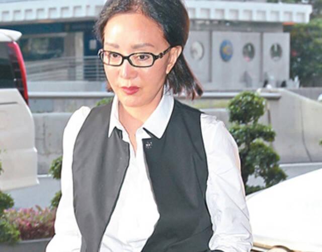 据悉,何琍琍,1952年出生于台湾,在十三岁时被导演袁秋枫发掘,参与电影《兰屿之歌》,正式投身娱乐圈。她十五岁赴香港发展,加入邵氏电影公司。嫁给了有钱人赵世光和她生了四个小孩,之后一直在豪门相夫教子。