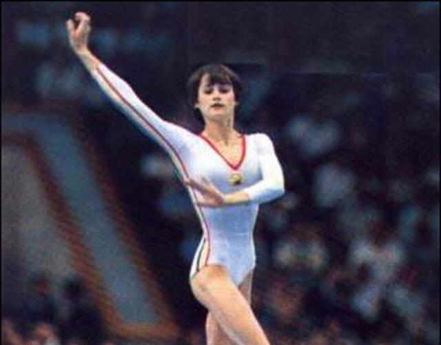 罗马尼亚体操队_科马内奇是罗马尼亚女运动员,是世界体操史上最耀眼的明星之一.