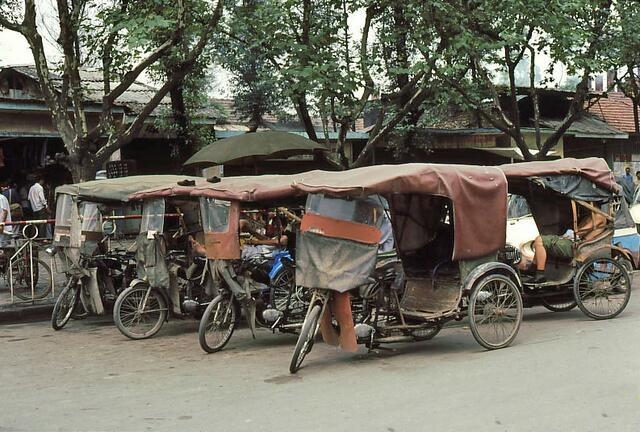 成都街头拉客的三轮车,80年代成都这样的载客三轮车还是非常多的.