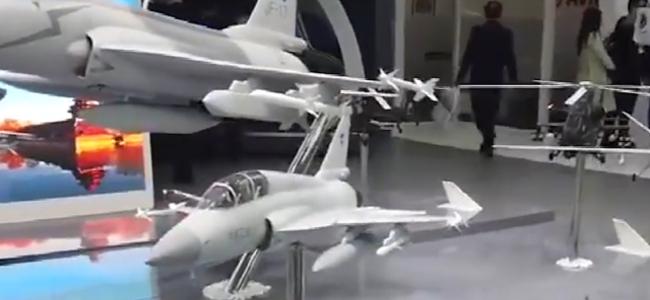 """超能打!中国双座型""""枭龙""""首次亮相巴黎航展 可挂载多种导弹"""
