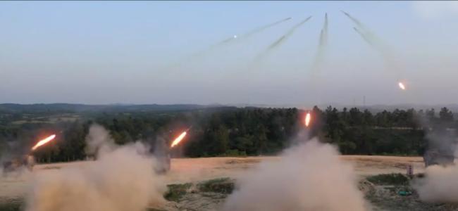火力全开!直击解放军实战演练现场 火箭弹划破长空场面震撼