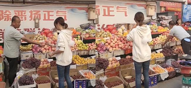 林心如路边买水果,接过老板递来的水果就吃,十分接地气!