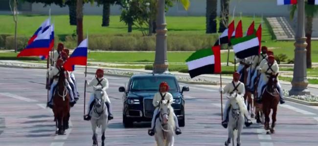 大场面!普京访阿联酋:天上飞机拉线 地面骑兵护送