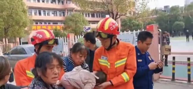 幼童手卡下水井盖拿不出来 消防员端着井盖把孩子带回队里