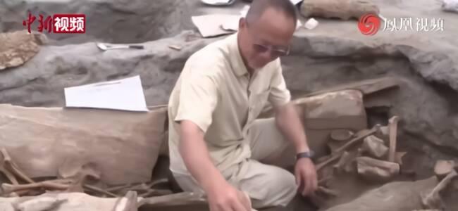 云南丽江一足球场发现2500平方米墓葬群