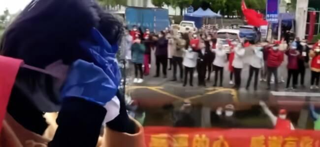 感谢有你们!北京援鄂医疗队启程离汉,康复者抹泪送行