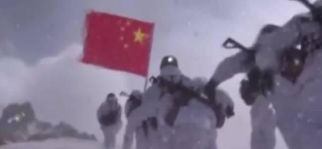 致敬!西藏边防官兵顶着8级大风缝国旗