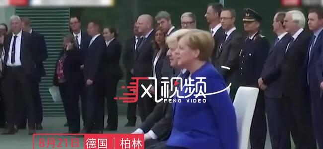 真病了?英国首相来访 默克尔继续坐着迎接