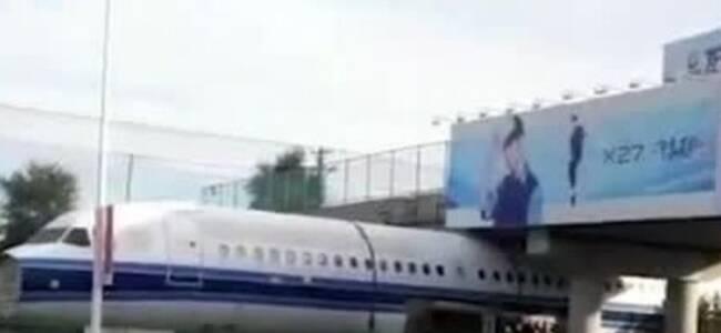 """空客A320运输过程中被""""卡""""在桥下?用一方法顺利通过"""