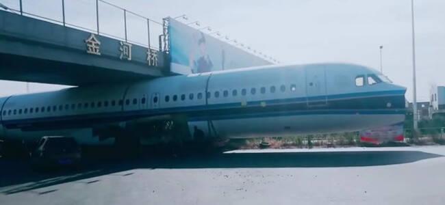 飞机也得低头!哈尔滨一架客机机舱被卡在桥下