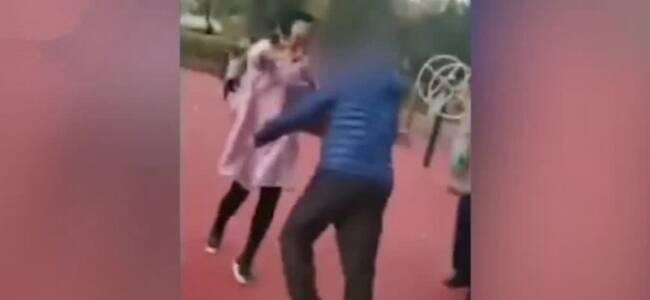 老头持钳子在公园内猛砸多名路人 大人小孩四散奔逃