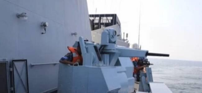 """驻港部队海军炮舰出动 雷霆出击拿捕""""可疑船只"""""""
