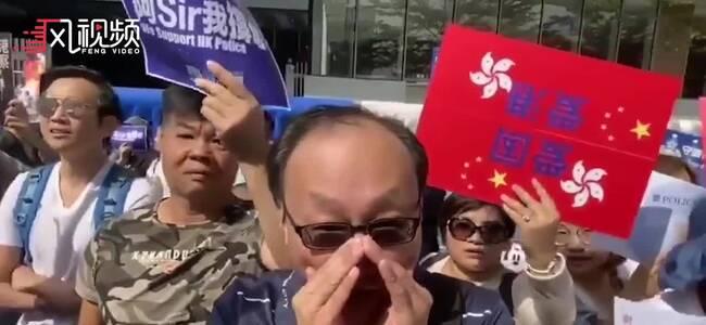 """香港市民聚集政府总部 高举""""支撑警察""""标语"""