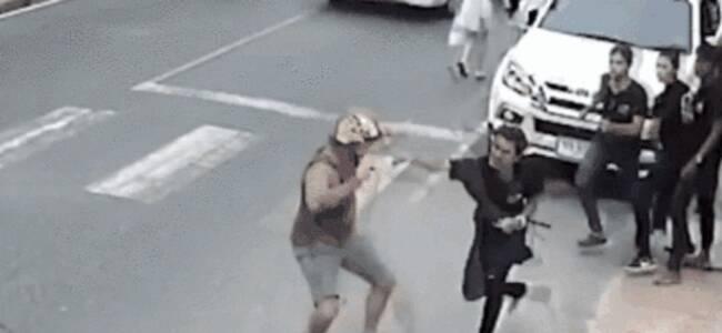 美国游客在普吉岛与服务员起争执 遭餐厅员工当街追打