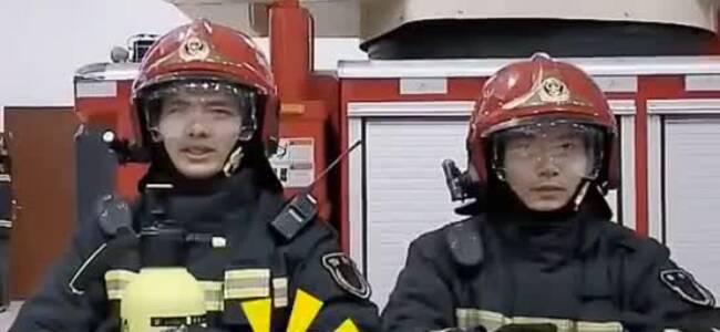 消防员小哥哥灭火示范:酒精消毒谨防火灾