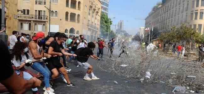 局势升级!黎巴嫩首都示威者占领该国外交部大楼 焚烧总统像