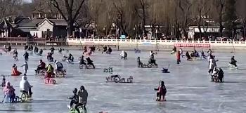 北京市民在什刹海冰场外区域滑冰 工作人员现场持喇叭劝离