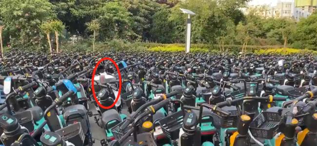 女生私人电动车被共享电动车层层包围:花了20多分钟才搬出来