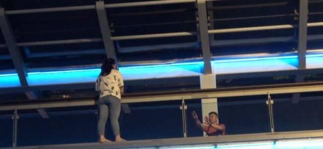 上海一女子因家庭纠纷欲跳桥自杀,消防员乔装路人将其救下