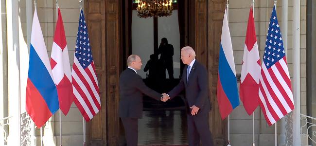现场:拜登普京抵达峰会地点,握手合影步入会场