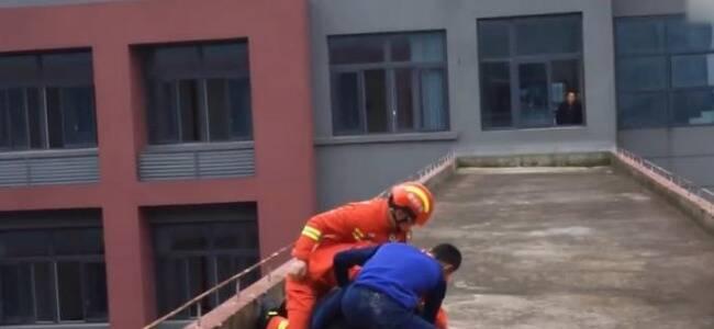 高校女生伪造假条逃课被识破欲跳楼 消防员飞扑救回