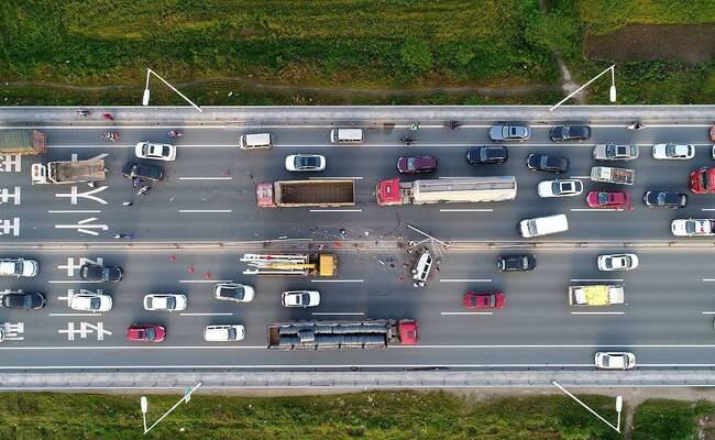 航拍湖北桥梁交通事故现场