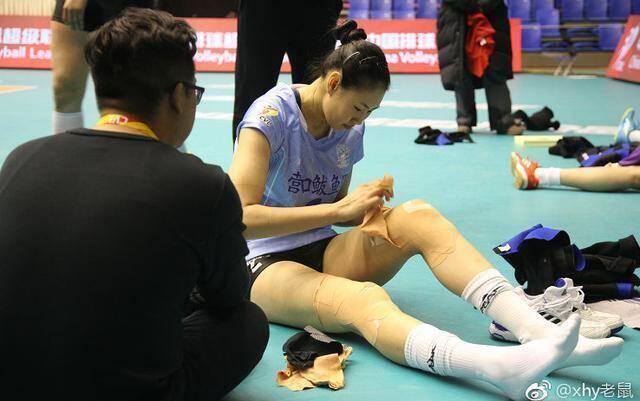 31岁颜妮赢球后撕下贴了满腿的胶布 网友:看着都疼