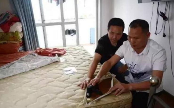 男子拉开家里床垫拉链 看到这一幕吓到腿瘫软
