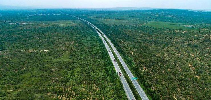 毛乌素沙漠位于陕西省榆林市长城一线以北,因此榆林市也被称为驼城,意为沙漠之城,毛乌素沙漠面积约4.2