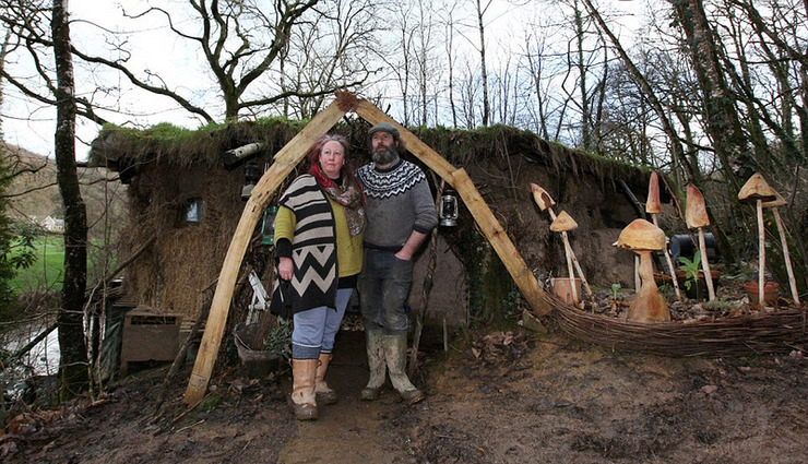 英夫妇厌倦城市生活山谷建茅屋面临驱逐