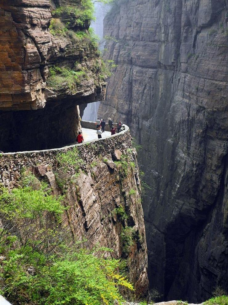 20世纪90年代初,郭亮洞始开发旅游项目,现已成为国家4A级景区万仙山的第一分景区。一部《举起手来》
