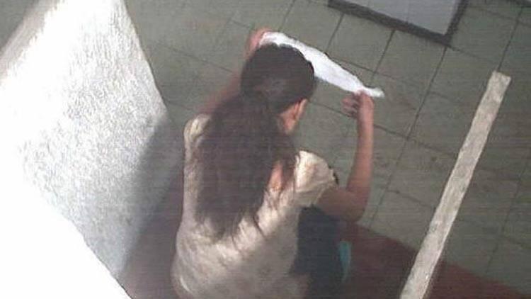 厕所美女偷拍视频_90后少女商场如厕 竟遭人从门缝偷拍