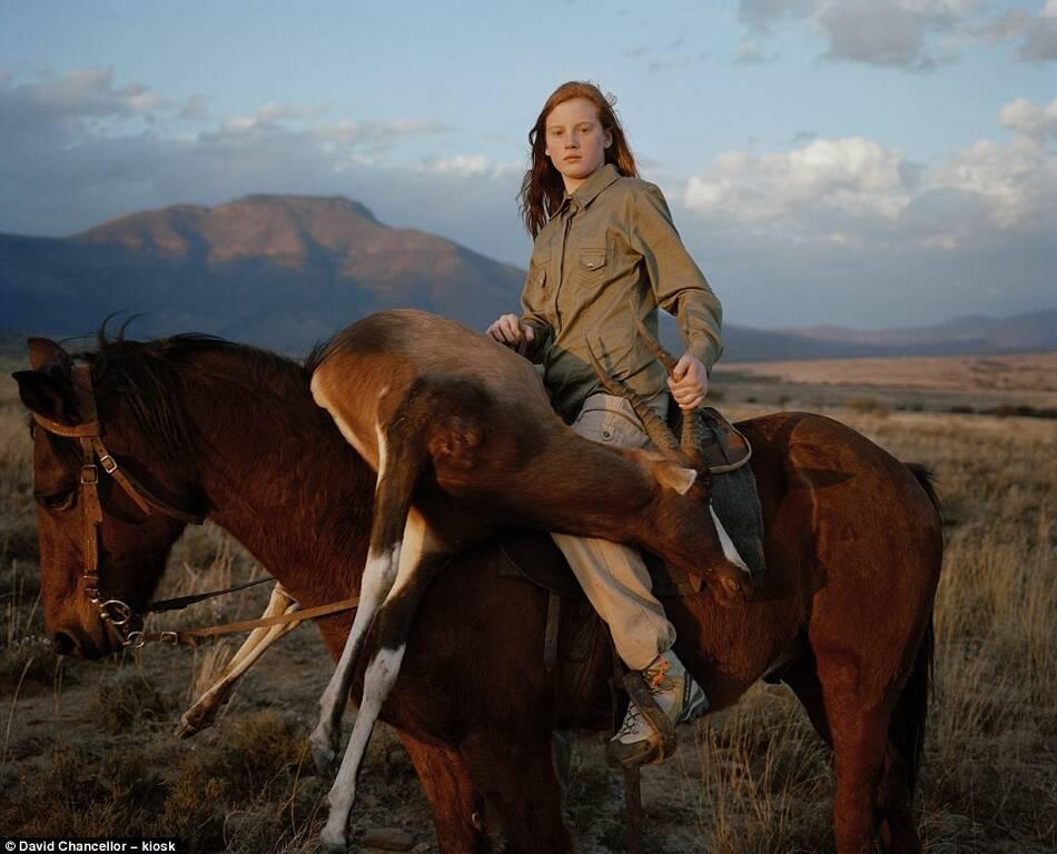 欧美女人与马少女_美国少女猎人乔西,她14岁时第一次被人从美国阿拉巴马州带到南非打猎.